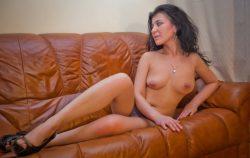 Милашка с прекрасной грудью нуждается в ласке, ищет мужчину для секса в